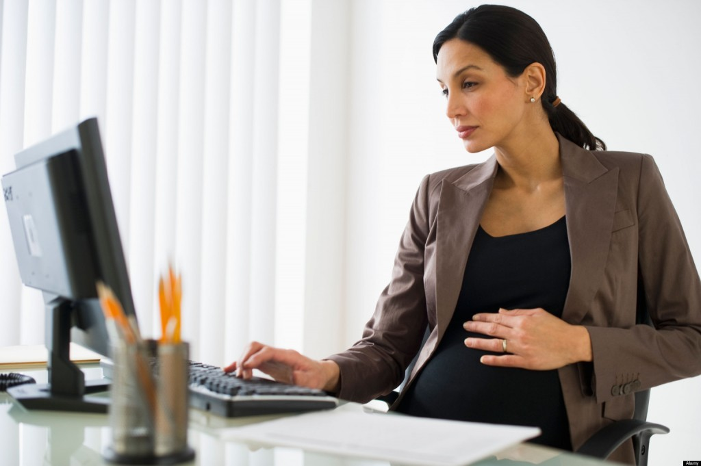 BMJ2N5 Pregnant businesswoman working on computer. Image shot 2010. Exact date unknown.